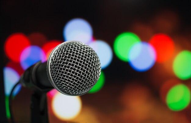 Microfone em resumo borrado de discurso na sala de seminários ou sala de conferências falando