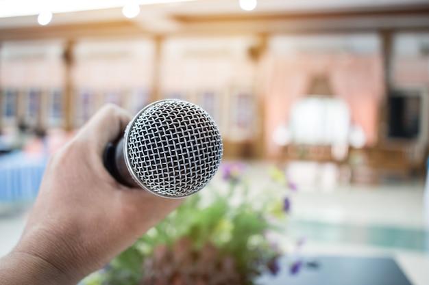 Microfone em resumo borrado de fala na sala de seminários