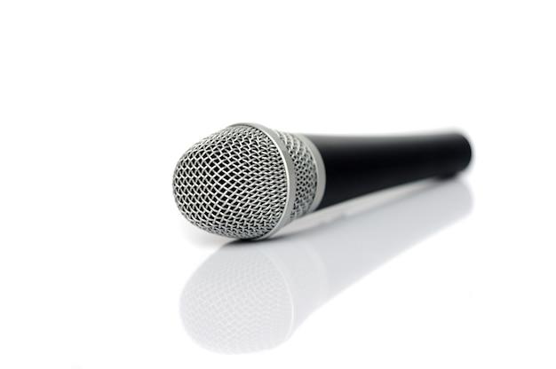 Microfone em um fundo branco