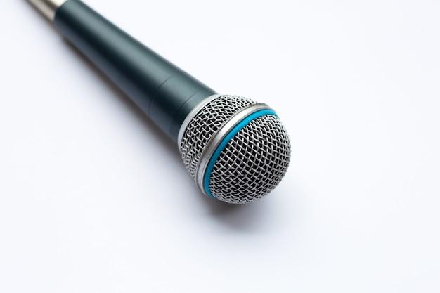 Microfone em um fundo branco.