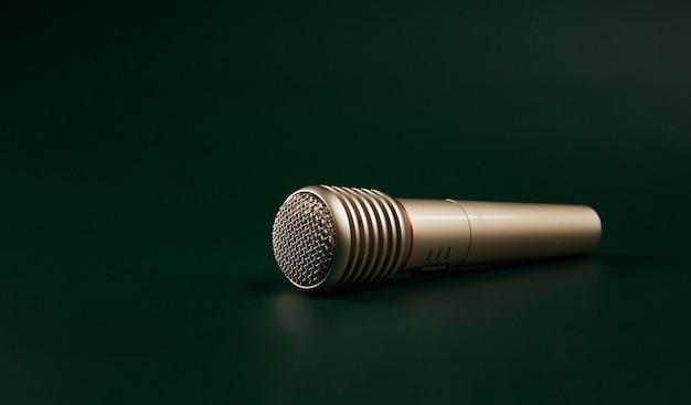 Microfone em um fundo verde escuro