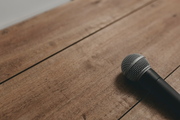 Microfone em uma mesa de madeira ii