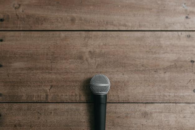 Microfone em uma mesa de madeira