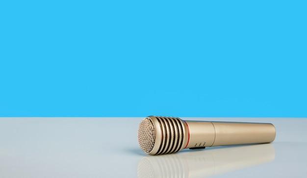 Microfone em uma mesa espelhada branca