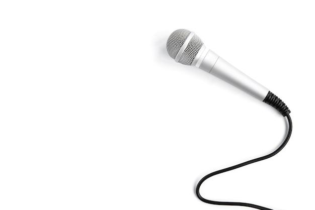 Microfone isolado no branco.