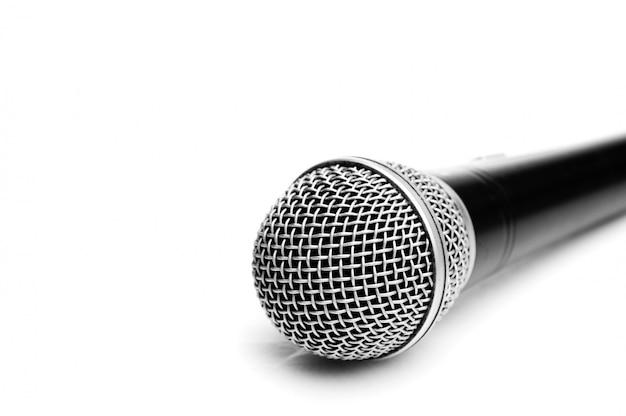 Microfone isolado no branco