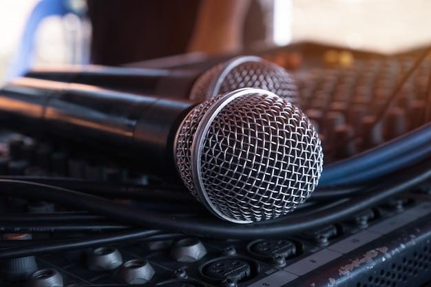 Microfone, ligado, estudio registro, preparar, para, fala, em, seminário, sala, ou, falando, corredor conferência