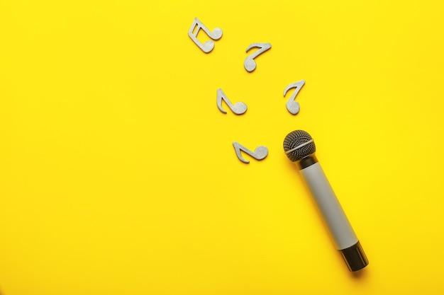 Microfone moderno e notas coloridas