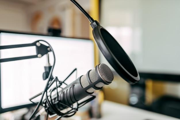 Microfone na estação de rádio.
