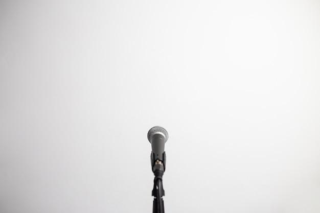 Microfone na frente de uma parede branca