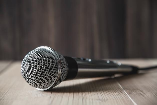 Microfone na mesa de madeira