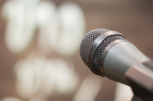 Microfone na sala de concertos
