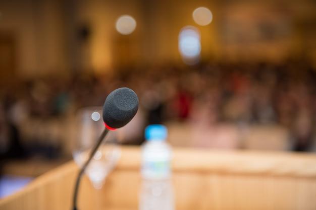 Microfone na sala de conferências closeup