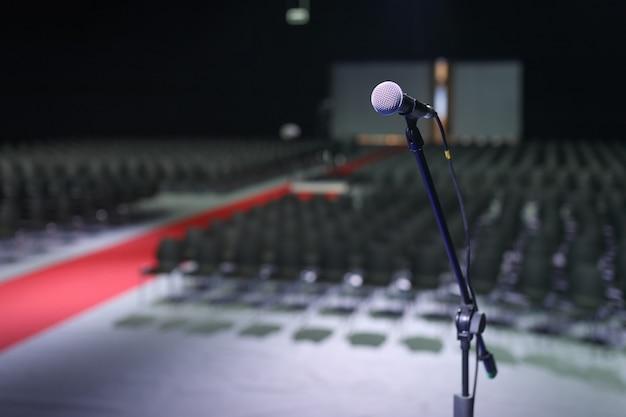Microfone na sala de conferências de negócios ou sala de seminário