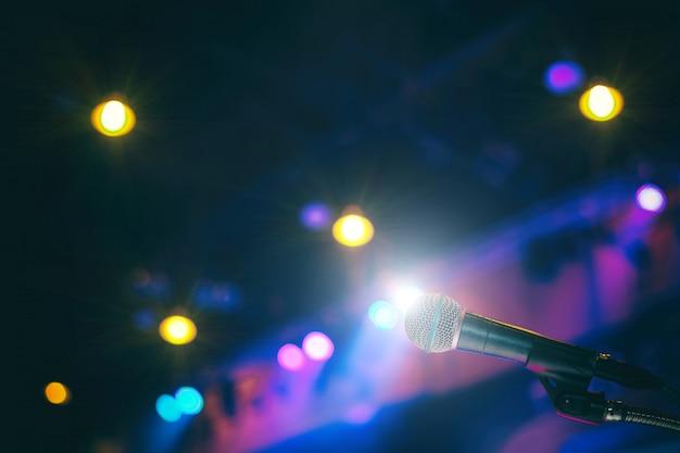 Microfone na sala de conferências ou no fundo da sala de seminário.