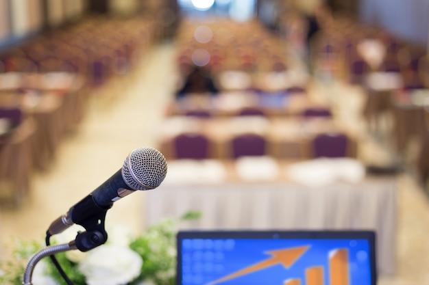 Microfone na sala de conferências ou sala de seminários