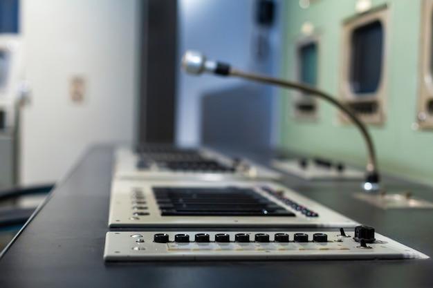 Microfone na sala de conversação de rádio close-up