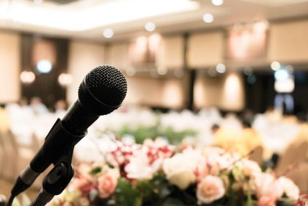 Microfone na sala de reuniões para uma sala de conferências ou seminários.