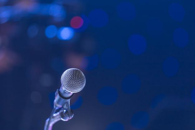 Microfone na sala de seminário e fundo de cameraman