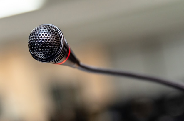 Microfone na sala do computador para anúncio do locutor ao ouvinte