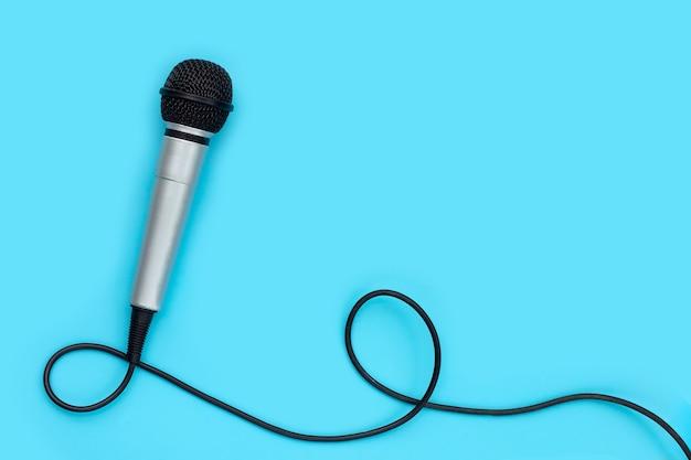 Microfone na superfície azul