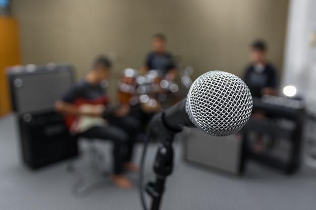 Microfone no fundo desfocado músico, conceito musical
