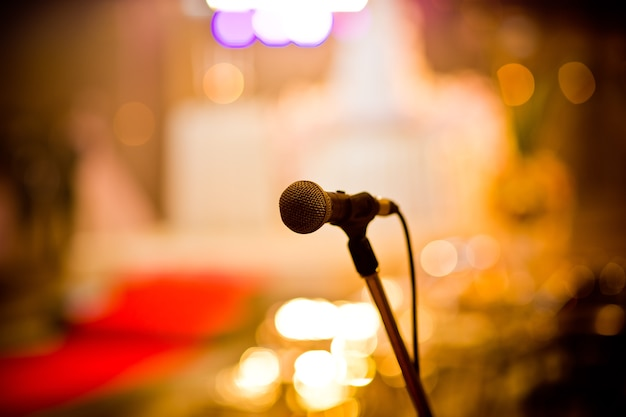 Microfone no palco, alto-falante