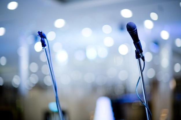 Microfone no palco, alto-falante,