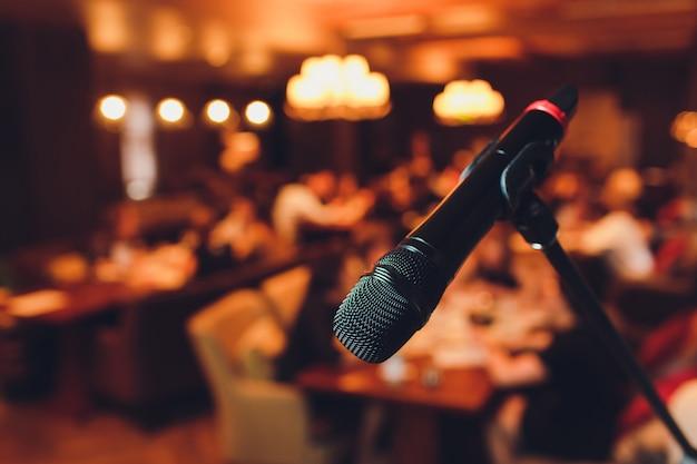 Microfone no palco contra um fundo do auditório.