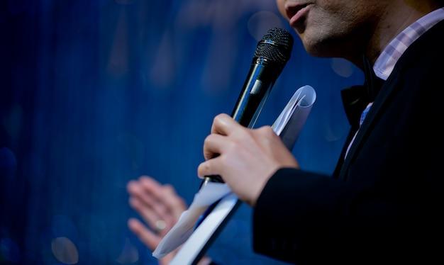 Microfone no palco, palestrante, conferência