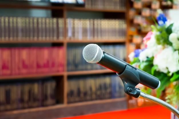 Microfone no palco para a cerimônia de abertura e performances. desfocando a cena do filme