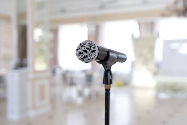 Microfone no suporte. lugar para falar no evento. conceito de férias.