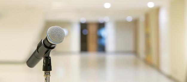 Microfone no suporte para falar em público, boas-vindas ou discurso de parabéns pelo conceito de fundo de sucesso de trabalho.