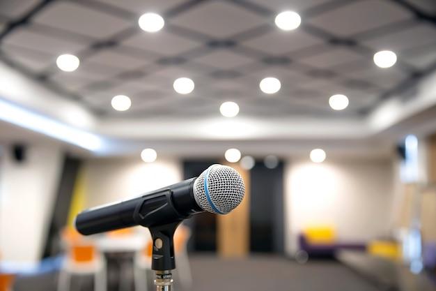 Microfone no suporte para falar em público.