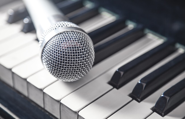 Microfone no teclado de piano. branco e preto. música