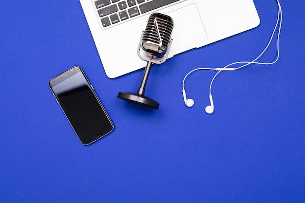 Microfone para gravação de podcasts em fundo azul para proteção de tela.