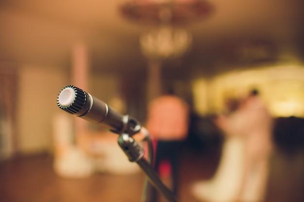 Microfone para um músico, noite de casamento em um restaurante.
