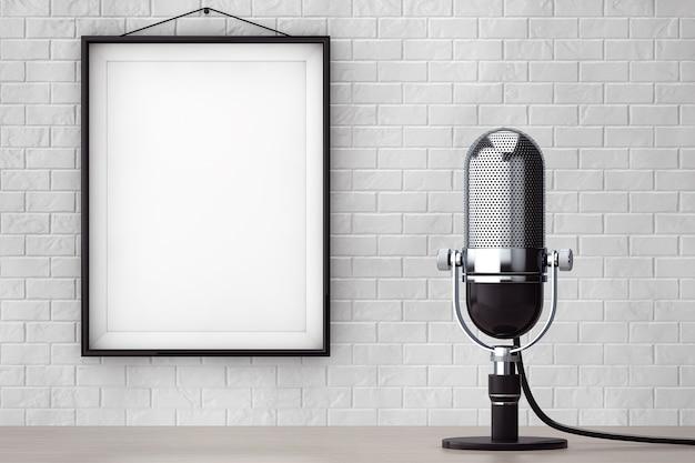 Microfone prateado vintage em frente à parede de tijolos com moldura em branco closeup extrema