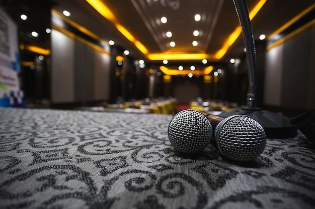 Microfone preparado na mesa para reuniões.
