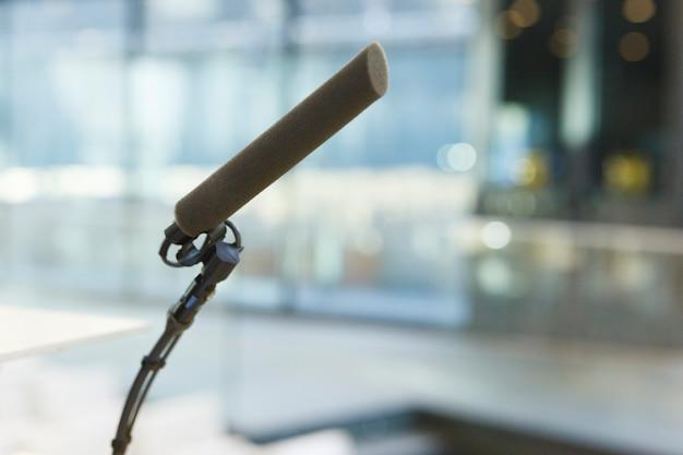 Microfone preparado para um discurso em um auditório