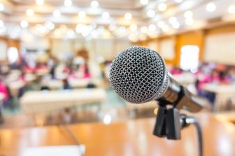 Microfone preto na sala de conferências.