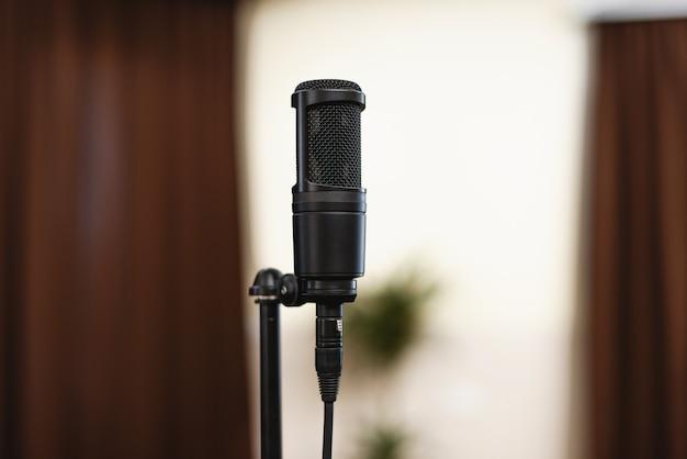 Microfone preto no palco, em alguma conferência