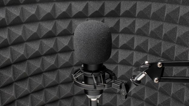 Microfone profissional em sala arredondada