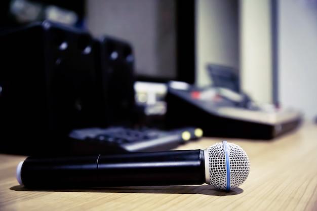 Microfone profissional em sala de reuniões.