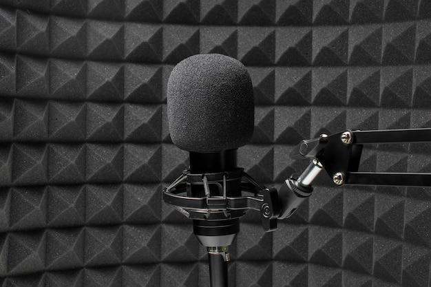 Microfone profissional na frente de espuma de isolamento acústico
