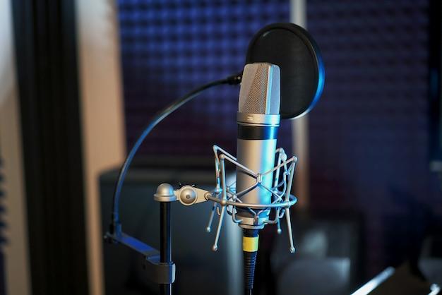 Microfone profissional no estúdio de gravação.
