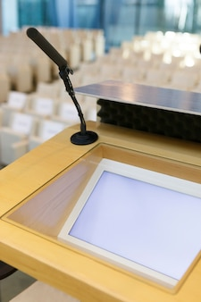 Microfone pronto para uma sala vazia de conferência e apresentação