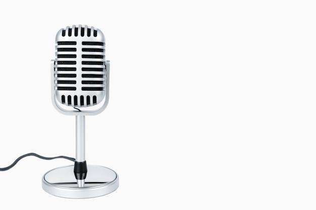 Microfone retrô e cabo com traçado de recorte em branco isolado