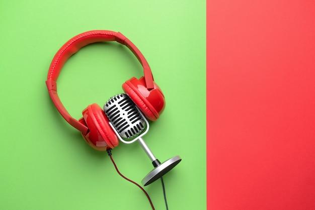 Microfone retrô e fones de ouvido no espaço de cores