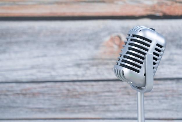 Microfone retrô em fundo de madeira